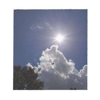 Nubes blancas mullidas del resplandor solar del UF Libretas Para Notas