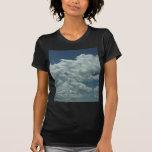 Nubes blancas, mullidas en cielo azul camisetas