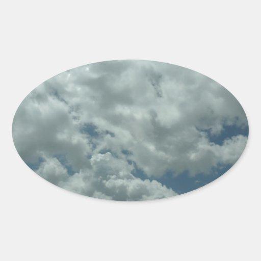 Nubes blancas, mullidas en cielo azul calcomania de oval