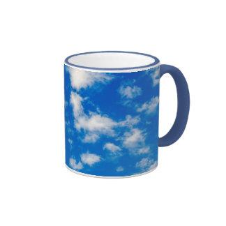 Nubes blancas mullidas en un cielo azul taza de dos colores