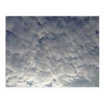 Nubes blancas mullidas postales