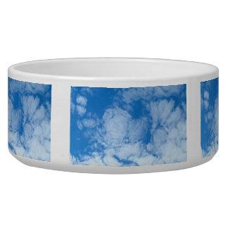 Nubes blancas mullidas tazon para perro
