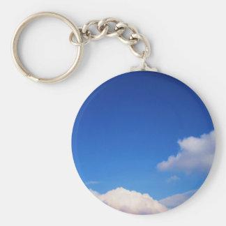 Nubes blancas y cielo azul llaveros personalizados