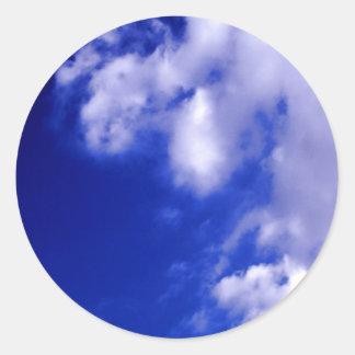 Nubes blancas y cielo azul pegatina redonda