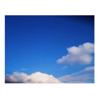 Nubes blancas y cielo azul postales