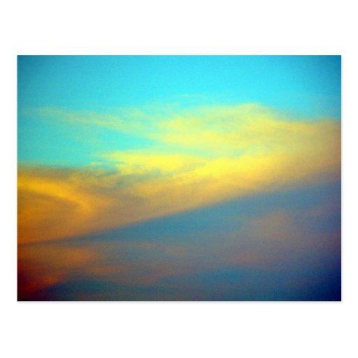 Nubes coloridas en el cielo postal