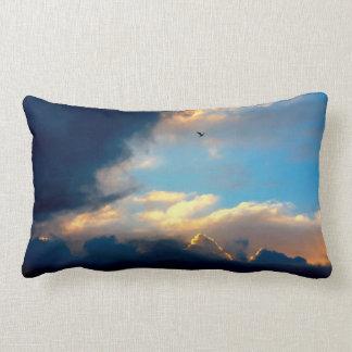 Nubes cremosas elegantes del cielo azul cojín
