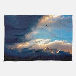 Nubes cremosas elegantes del cielo azul toalla de mano