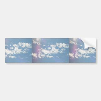 Nubes de cirro con la llamarada de la lente etiqueta de parachoque