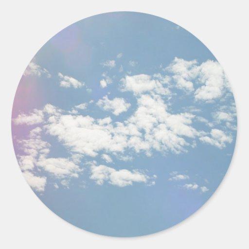 Nubes de cirro con la llamarada de la lente pegatina redonda