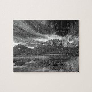 Nubes de cirro sobre las aves acuáticas lago, Banf Puzzle