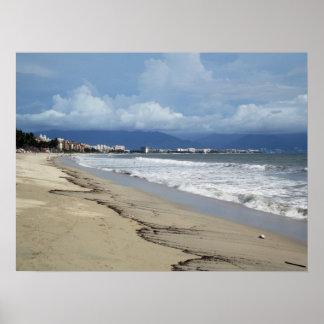 Nubes de la estación de lluvias sobre Puerto Valla Póster