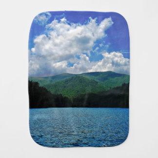 Nubes de la montaña del bosque sobre una foto del  paños para bebé