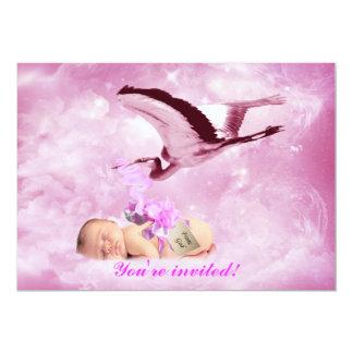 Nubes de la niña e invitación rosadas de la ducha