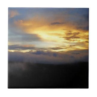Nubes de la puesta del sol en la ventana de dios azulejo cuadrado pequeño