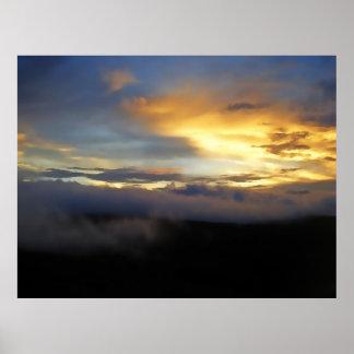 Nubes de la puesta del sol en la ventana de dios póster