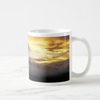 Nubes de la puesta del sol en la ventana de dios taza básica blanca
