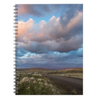 Nubes de la puesta del sol sobre el camino de la libros de apuntes