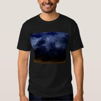 Nubes de tormenta azul marino luminosas del cúmulo playera