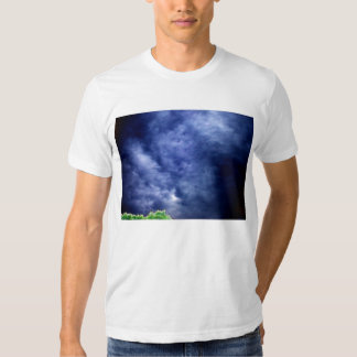 Nubes de tormenta azules luminosas y copa camisas
