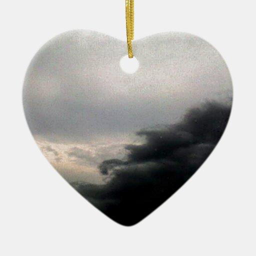 Nubes de tormenta adorno de cerámica en forma de corazón