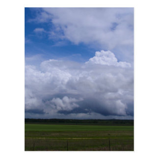 Nubes de tormenta en una distancia postales