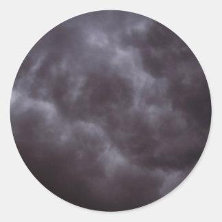 Nubes de tormenta oscuras pegatina redonda
