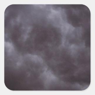 Nubes de tormenta oscuras pegatina cuadrada