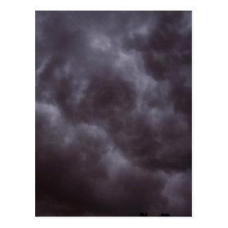 Nubes de tormenta oscuras postal