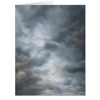 Nubes de tormenta que rompen la tarjeta de