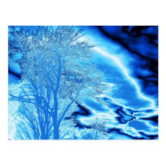 Nubes del árbol N del invierno en postal azul (del