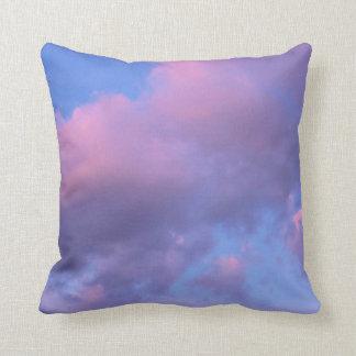 Nubes del caramelo de algodón en la puesta del sol almohadas