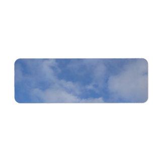 Nubes del cielo azul etiqueta de remite