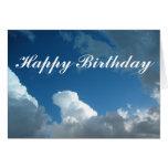 Nubes del feliz cumpleaños tarjetón