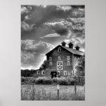 Nubes del granero del país en blanco y negro póster