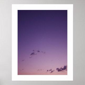Nubes dispersadas púrpura en el crepúsculo póster