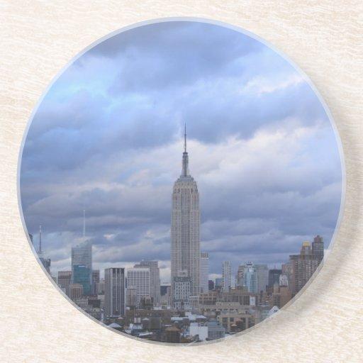 Nubes dramáticas del Empire State Building Posavaso Para Bebida