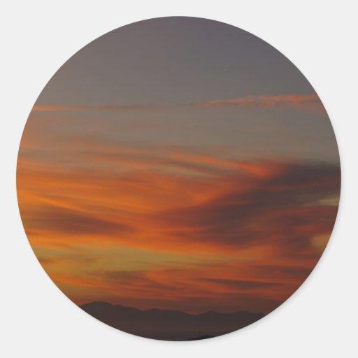 Nubes dramáticas en la puesta del sol pegatina redonda