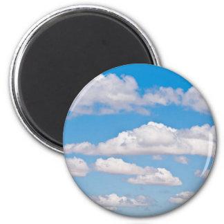 Nubes en cielo azul imán redondo 5 cm