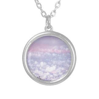 Nubes en colores pastel de la tarde del otoño colgantes