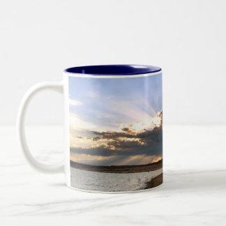 nubes en el lago taza de café de dos colores