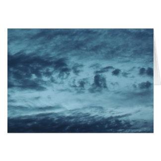 Nubes en la oscuridad tarjeta de felicitación