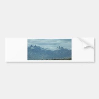 Nubes en las colinas pegatina para auto