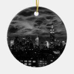 Nubes etéreas: Horizonte de NYC, edificio BW del Ornamentos De Navidad