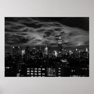 Nubes etéreas: Horizonte de NYC, edificio BW del e Poster