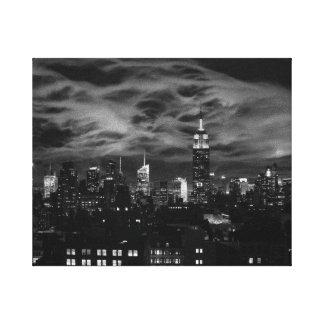Nubes etéreas: Horizonte de NYC, edificio BW del Impresión En Lienzo