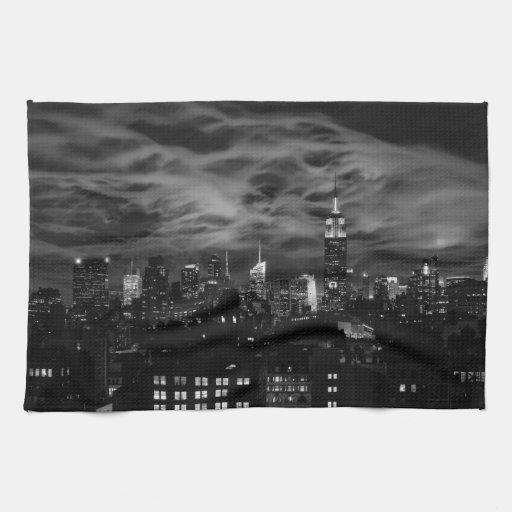 Nubes etéreas: Horizonte de NYC, edificio BW del Toallas De Mano