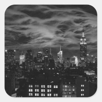 Nubes etéreas: Horizonte de NYC, edificio BW del Pegatina Cuadrada