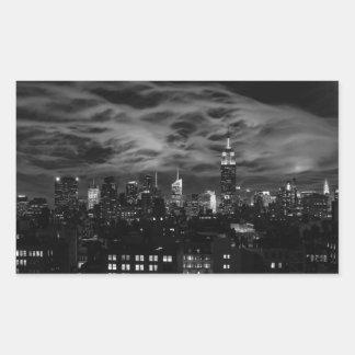 Nubes etéreas: Horizonte de NYC, edificio BW del Pegatina Rectangular