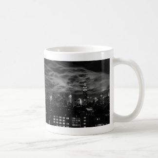 Nubes etéreas: Horizonte de NYC, edificio BW del Taza Básica Blanca